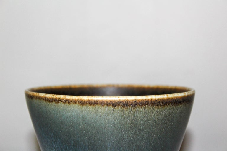 Ceramic bowl designed by Swedish designer Gunnar Nylund, Rörstrand. The bowl has decorative hare fur glace and is in very good vintage condition with minor signs of usage.   Marked ARU.