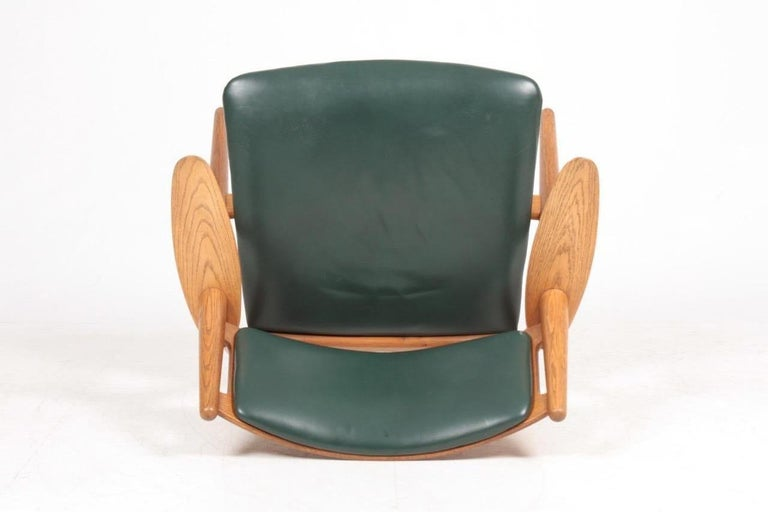 Midcentury CH-28 Lounge Chair in Oak and Patinated Leather by Hans Wegner, 1960s For Sale 4