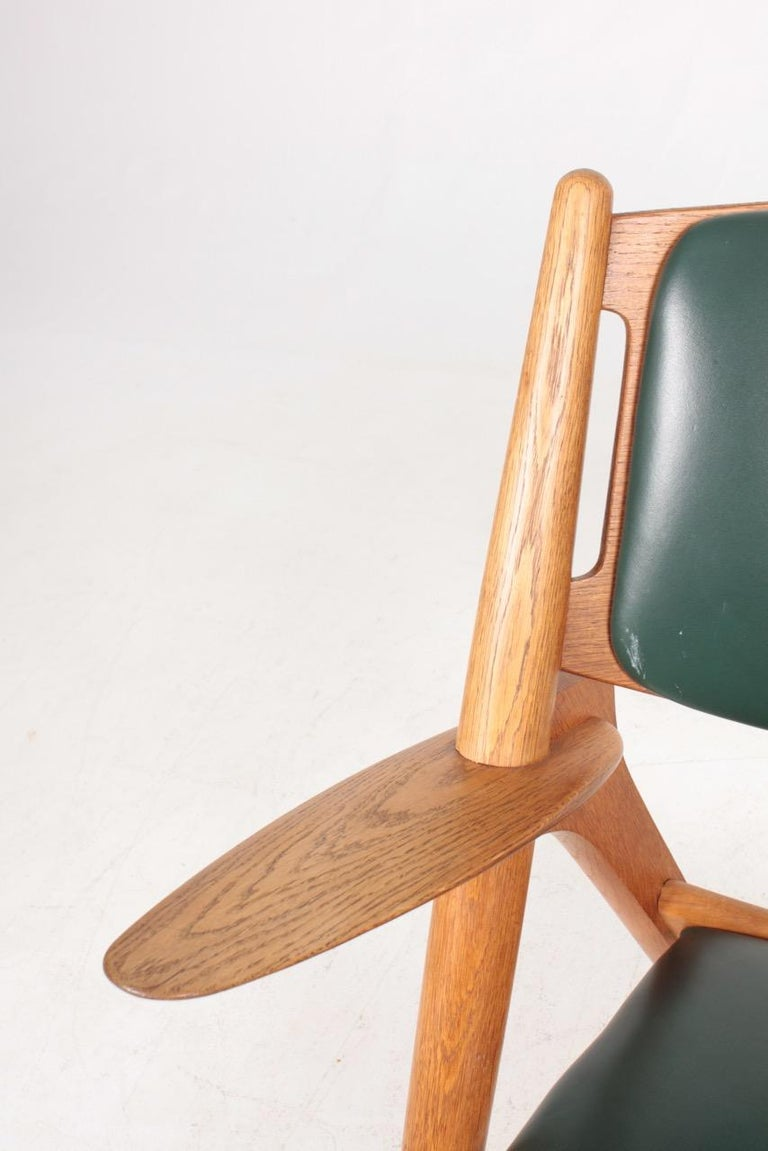 Midcentury CH-28 Lounge Chair in Oak and Patinated Leather by Hans Wegner, 1960s In Good Condition For Sale In Lejre, DK