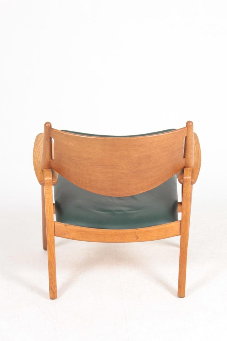 Midcentury CH-28 Lounge Chair in Oak and Patinated Leather by Hans Wegner, 1960s For Sale 1