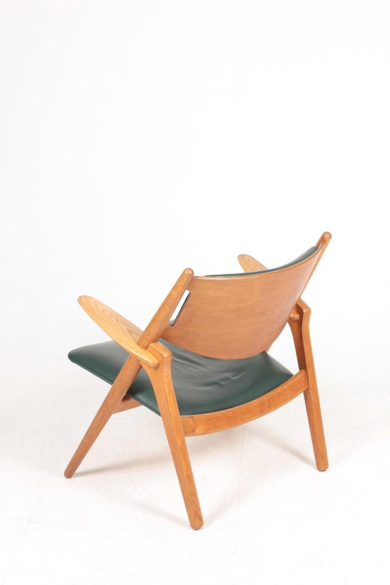 Midcentury CH-28 Lounge Chair in Oak and Patinated Leather by Hans Wegner, 1960s For Sale 2