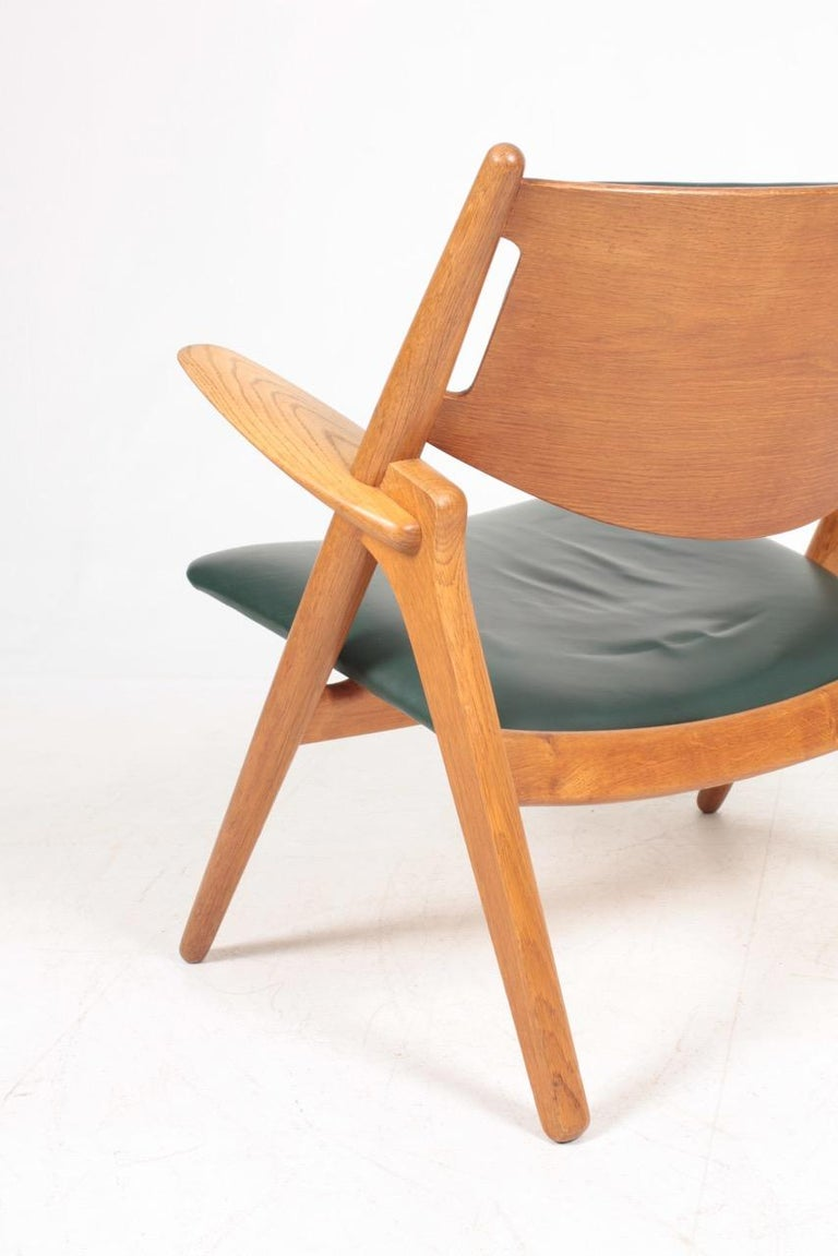Midcentury CH-28 Lounge Chair in Oak and Patinated Leather by Hans Wegner, 1960s For Sale 3