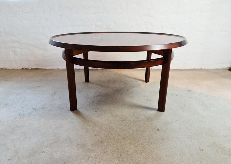 This coffee table of very high quality was produced at Haug Sneekeri AB Norway for Bruksbo Tegnekontor. The well-known architect Torbjörn Afdal was the designer. He made this round coffee table into perfection. Made in Brazilian Rosewood this table