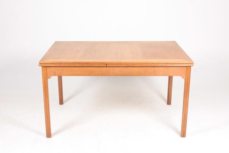 Dining table in oak, designed by Kaare Klint for Rud Rasmussen cabinet makers in 1928. Original condition. Made in Denmark. Measures: Total width 257 cm.