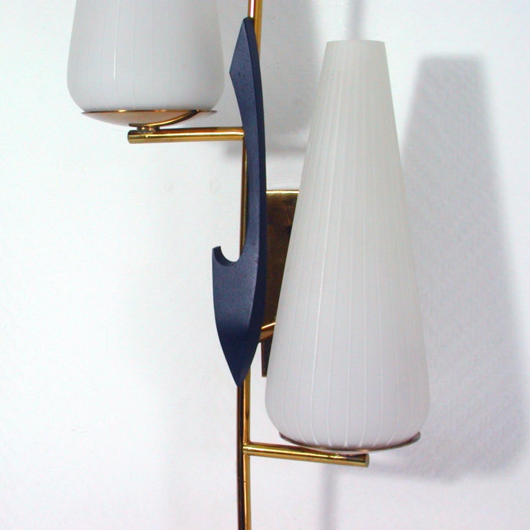 Midcentury French Brass and Opaline Glass Sconce by Maison Arlus, 1950s In Good Condition For Sale In Nümbrecht, NRW