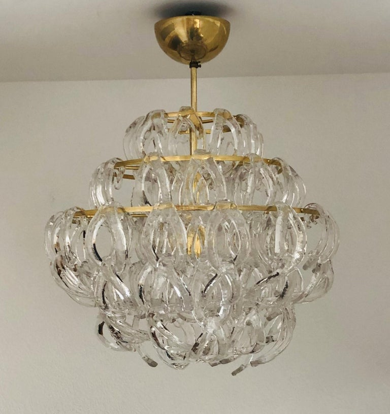 Stunning Italian Murano glass midcentury chandelier. This Chandelier was made during the 1970s in Italy by Angelo Mangiarotti. This chandelier is composed by 100 units of link Murano glasses (called