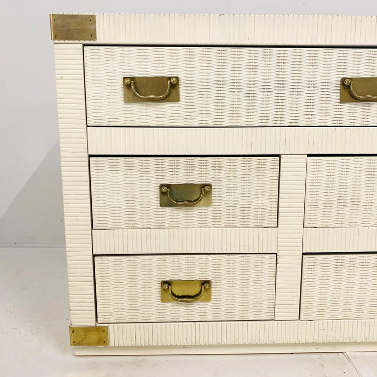 Midcentury Hollywood Regency Palm Beach White Wicker & Brass 8-Drawer Dresser In Good Condition For Sale In Hudson, NY