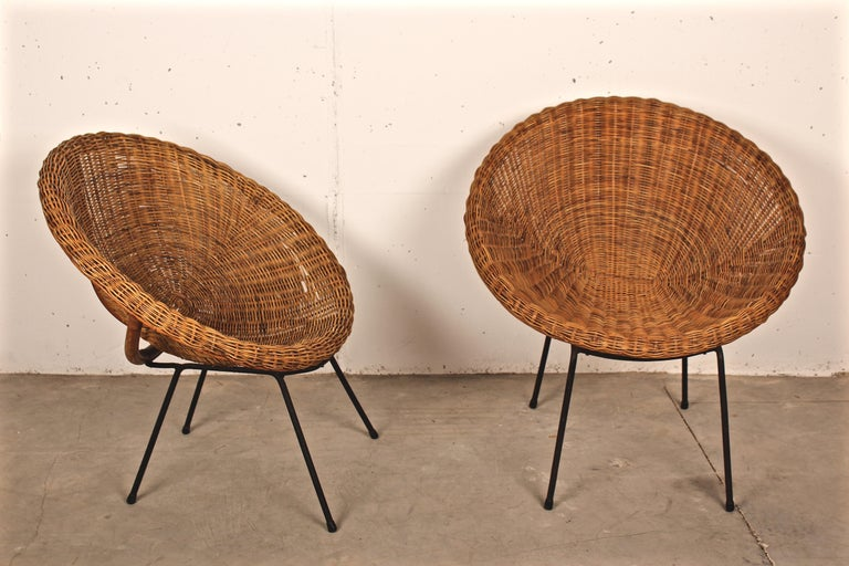 Metal Midcentury Italian Pair of Circle Shaped Woven Wicker Rattan Armchairs For Sale