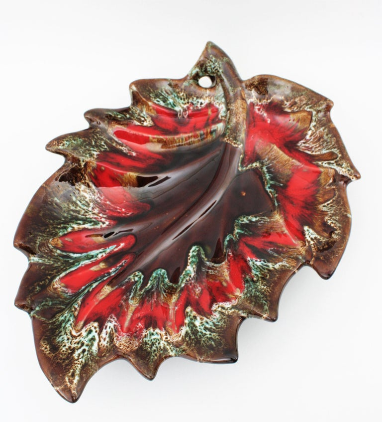 Midcentury Large Vallauris Leaf Design Majolica Ceramic Platter or Centerpiece In Excellent Condition For Sale In Barcelona, ES