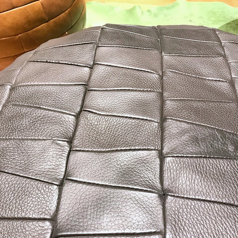 Mid-Century Modern Grey De Sede Leather Patchwork Pouf, 1970s, Switzerland In Good Condition For Sale In Vienna, AT