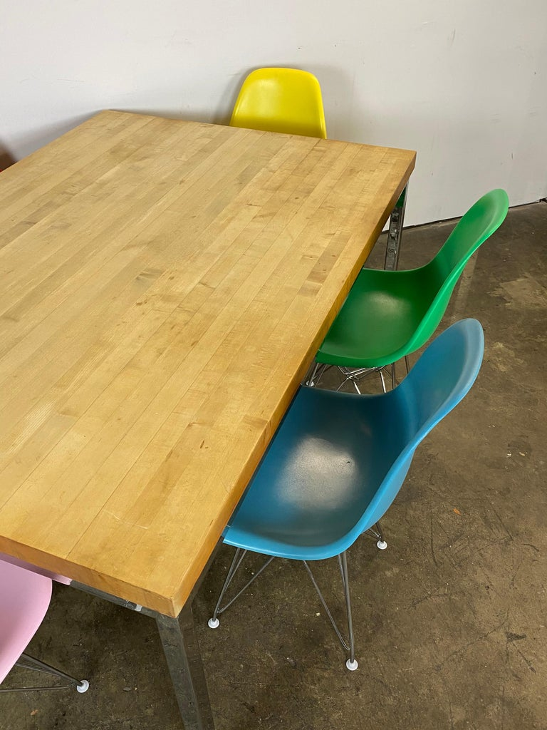 Mid-Century Modern Dining Set with Eames DSR Chairs In Good Condition For Sale In Brooklyn, NY