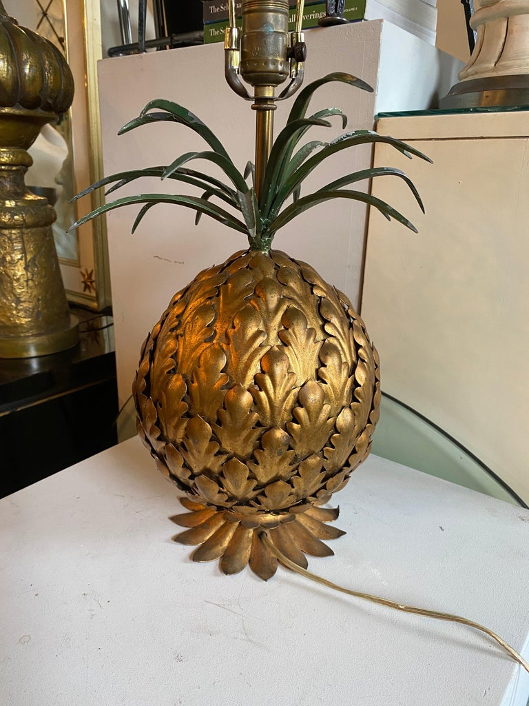 Mid-Century Modern Italian Tole Gilt Metal Pineapple Lamp, Hollywood Regency For Sale 2