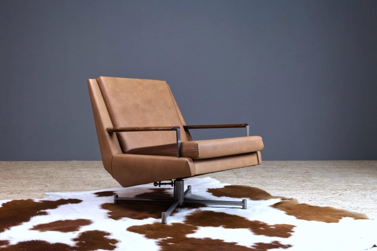 Modest yet luxurious swivel lounge chair in leather by Louis van Teeffelen for Dutch manufacturer WeBe, 1950s-1960s. Louis van Teeffelen introduced WeBe to a more Scandinavian inspired collection of which this chair with modest lines yet high