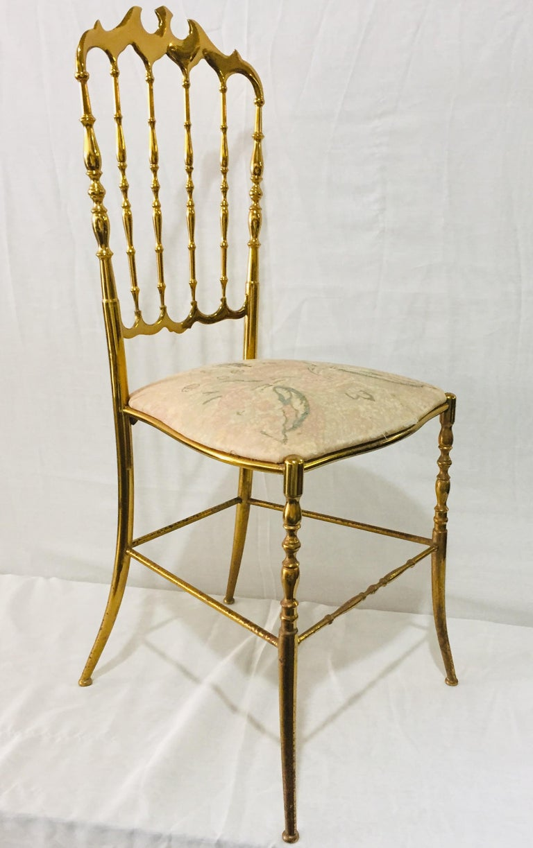 A pair of polished brass Chiavari Opéra chairs. First designed by Giuseppe Gaëtan Descalzi produced since the early 19th century in Chiavari, Ligurian Town in Italie. This solid brass version, made in Italy in the late 1950s is perfect for a ladies