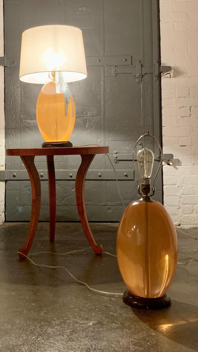 Modern Peach Lucite Midcentury Monumental  Sculptural Egg Form Table Lamp In Fair Condition For Sale In Brooklyn, NY