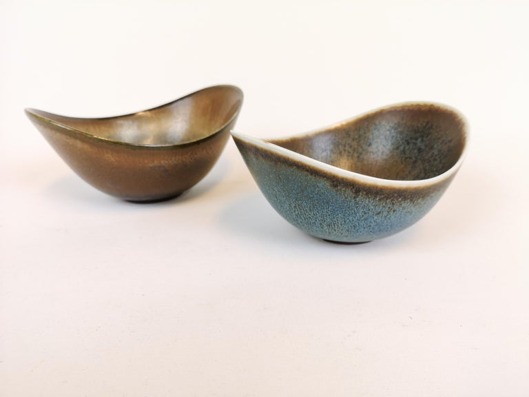 Pair of bowls Rörstrand made in Sweden by Gunnar Nylund in the 1950s. Wonderful glaze on these bowls.  They are both in good condition  Measures: 16 x 12 X 8 cm.