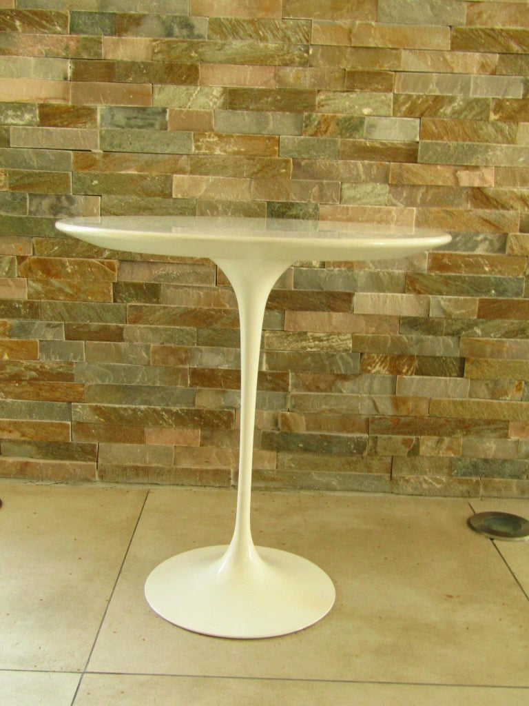 Midcentury occasional table tulip by Eero Saarinen for Knoll International. Good vintage condition from 1960. Signed.