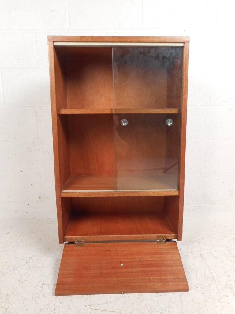Midcentury Small Walnut Bookshelf or Cabinet In Good Condition For Sale In Brooklyn, NY