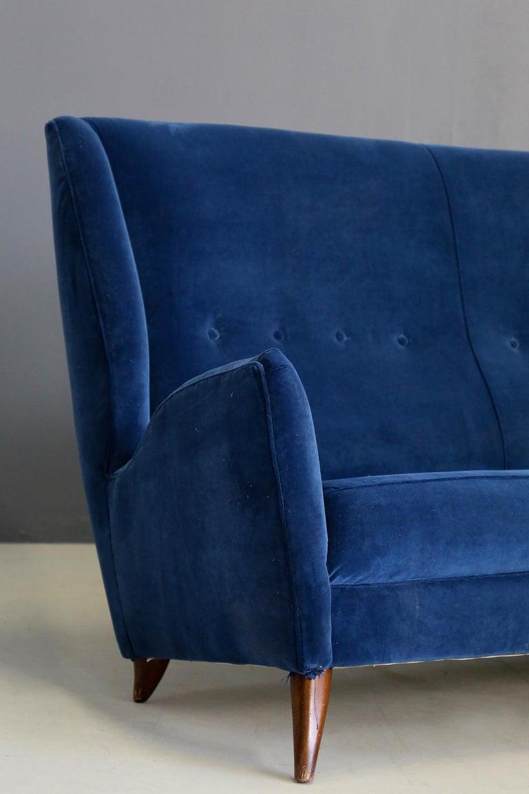 Midcentury sofa attributed to Gio Ponti for Isa Bergamo in blue velvet, restored 1950s. Elegant and timeless, this sofa is attributed to Gio Ponti for Isa Bergamo manufacture in 1950s. The sofa has been restored in blue velvet. The seat includes 4