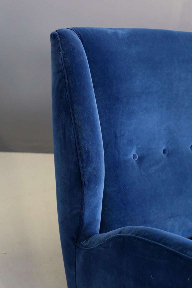 Sofa attributed to Gio Ponti for Isa Bergamo in Blue Velvet, Restored 1950s In Good Condition For Sale In Milano, IT