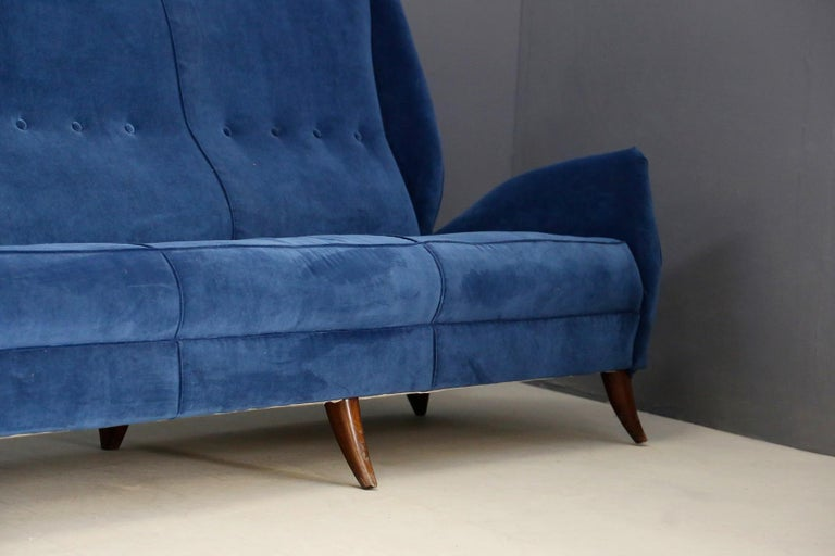 Mid-20th Century Sofa attributed to Gio Ponti for Isa Bergamo in Blue Velvet, Restored 1950s For Sale
