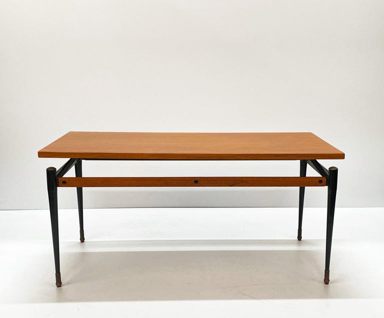 Midcentury Teak, Enamelled Iron and Brass Italian Coffee Table, Cavatorta 1960s In Good Condition For Sale In Roma, IT
