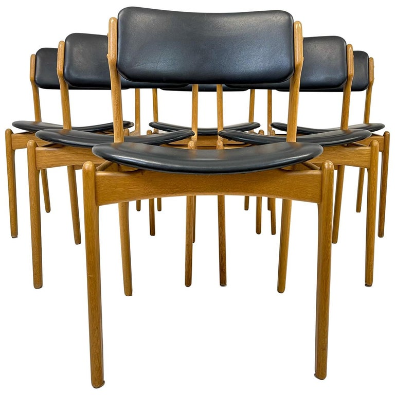 These 6 dining chairs was produced in Denmark in the 1960 and designed by Erik Buch.  Nice dark leather with oak frame.   Good vintage condition, some scratches to the leather and small wear on the oak.   Dimensions: H 79 cm x W 51 cm x D 52
