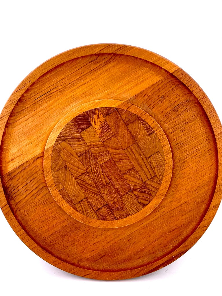 Very nice teak tray / cheese board by Jens Qusitgaard for Dansk, circa 1970s. Well done butcher block pattern of walnut / rare woods in the center of the piece.