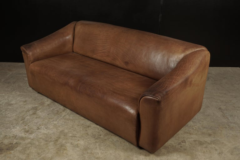 Midcentury three-seat sofa manufactured by De Sede, Switzerland, model DS 47. Original thick buffalo leather upholstery. Seat extends about 5-6