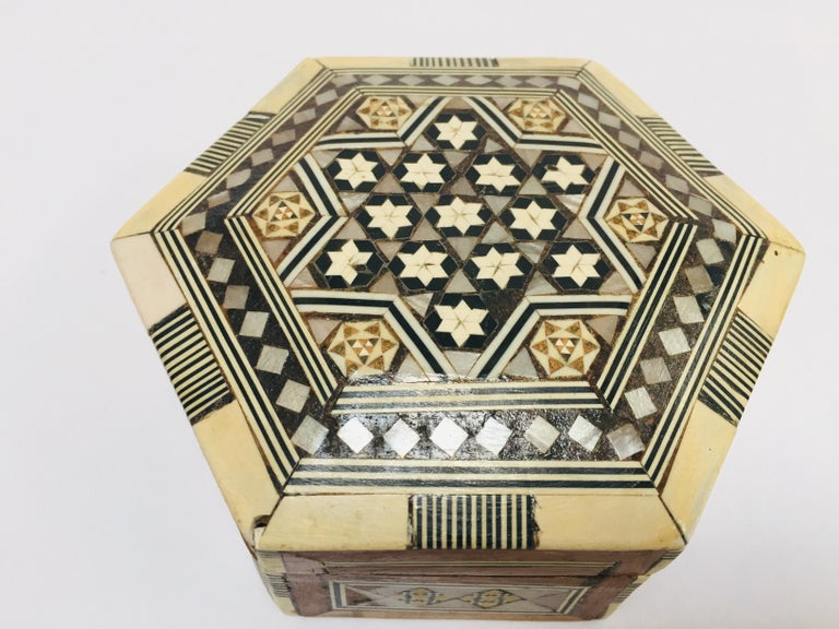 Middle Eastern Handcrafted Syrian Octagonal Box Inlaid with Mother of Pearl In Good Condition For Sale In North Hollywood, CA