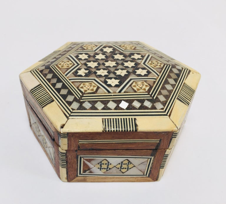 Middle Eastern Handcrafted Syrian Octagonal Box Inlaid with Mother of Pearl For Sale 1