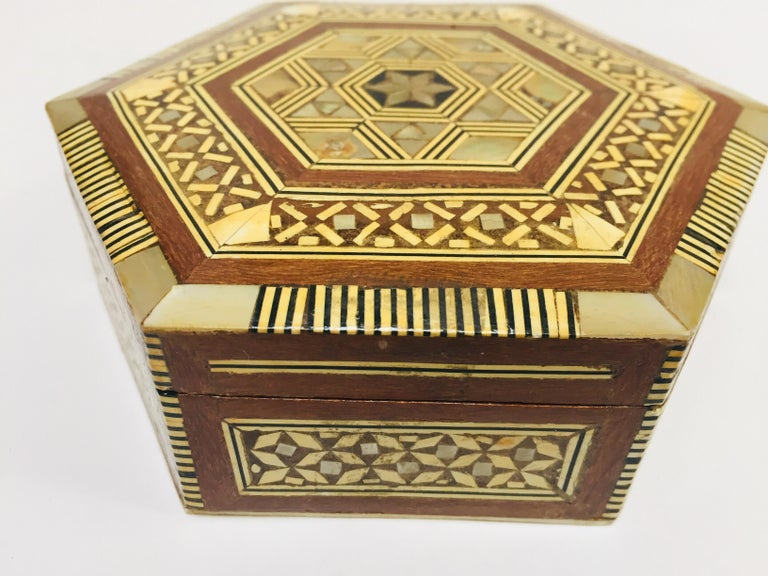 Middle Eastern Handcrafted Syrian Octagonal Box Mother of Pearl Inlaid In Good Condition For Sale In North Hollywood, CA