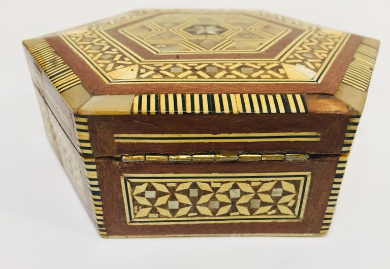 Middle Eastern Handcrafted Syrian Octagonal Box Mother of Pearl Inlaid For Sale 2