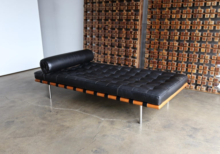 Mid-Century Modern Mies van der Rohe Leather and Walnut Daybed for Knoll, 1983