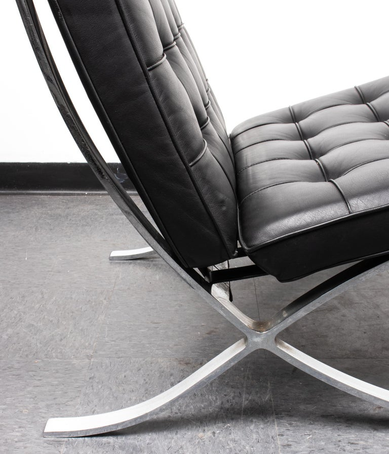 Mies van der Rohe Mid-Century Modern Split Frame Barcelona Chair In Good Condition For Sale In New York, NY