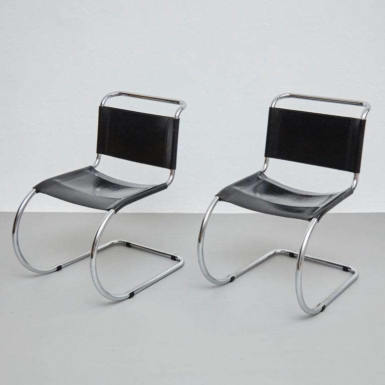 Mies Van Der Rohe Set of 4 MR10 Black Leather Easy chairs, circa 1960 In Good Condition For Sale In Barcelona, Barcelona