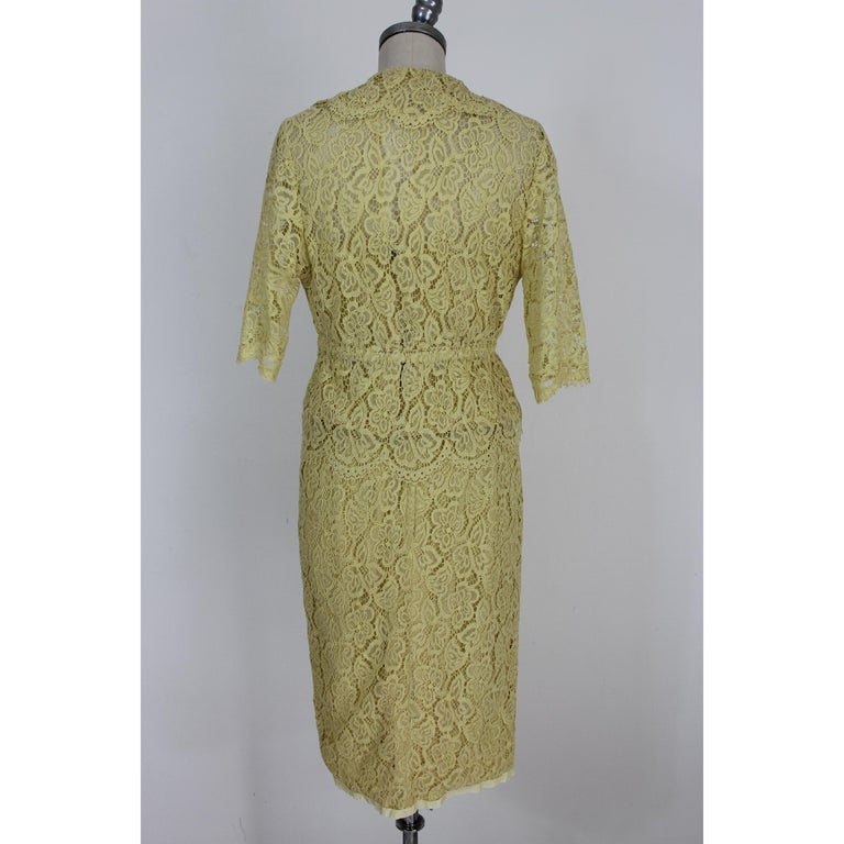 Vintage dress 60s, signed Mignon, with the label of the famous Atlantic City store, the Needle Craft. Suit in lace and yellow silk. Short jacket in transparent color with clip closure. Silk and lace top with transparencies. Sheath skirt lined in