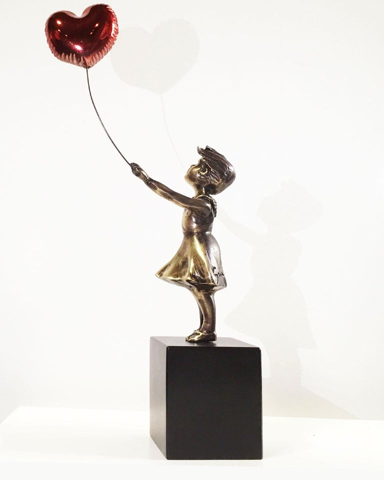 Girl with red balloon – Miguel Guía Street Art Cast bronze Sculpture Big For Sale 7