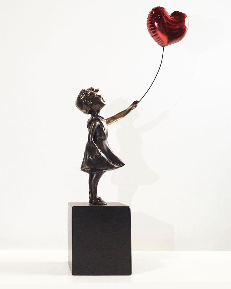 Girl with red balloon – Miguel Guía Street Art Cast bronze Sculpture Big - Gold Figurative Sculpture by Miguel Guía
