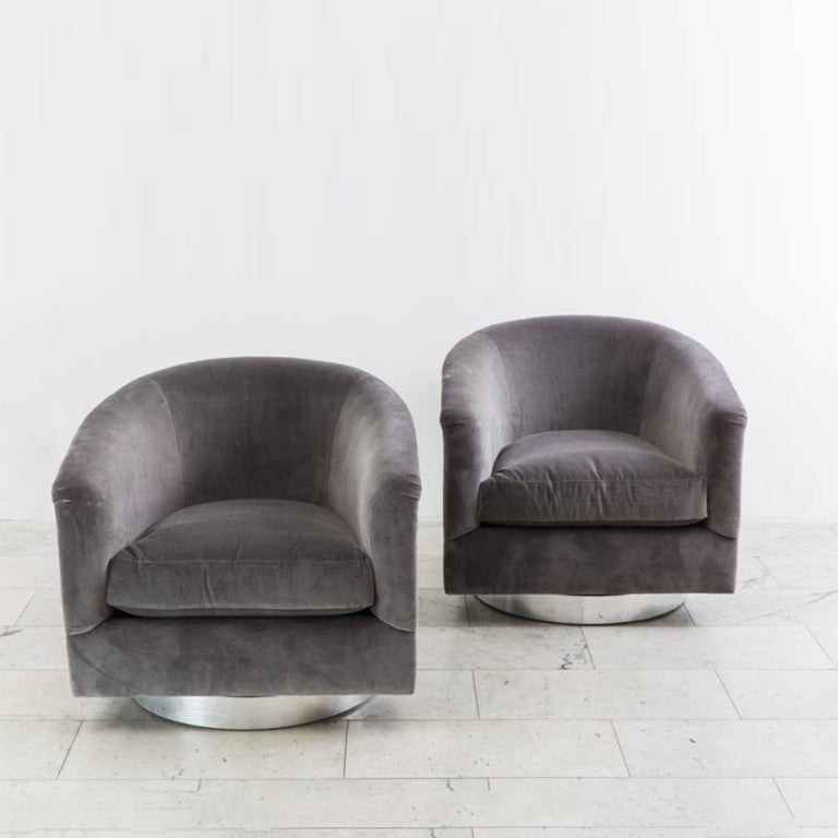 Milo Baughman, Pair of Grey Velvet Swivel Chairs, USA, 1970s For Sale