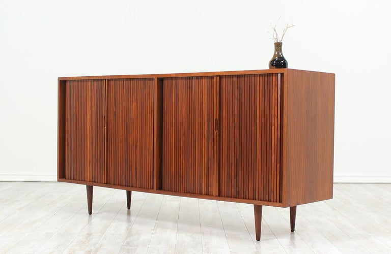 Milo Baughman Double Tambour-Door Credenza for Glenn of California In Excellent Condition For Sale In Los Angeles, CA