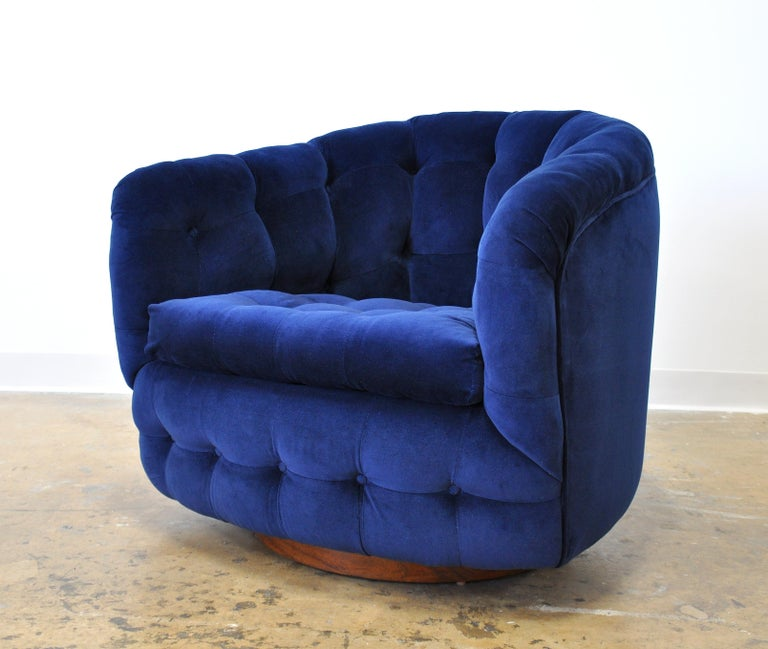 A fabulous Mid-Century Modern tufted barrel back club chair, designed by Milo Baughman for Thayer Coggin, and dating from the 1960s. Fully restored and reupholstered in a luxurious and rich sapphire navy blue velvet; features a walnut base with
