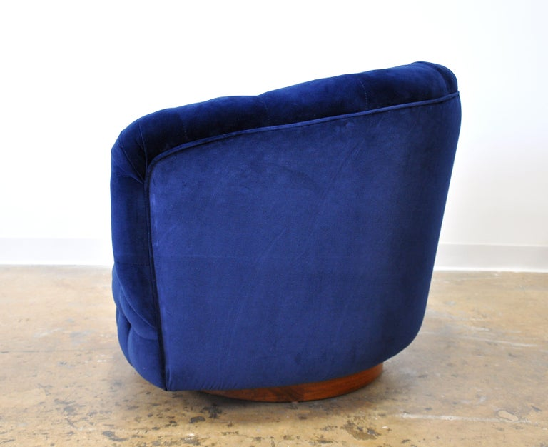 Milo Baughman for Thayer Coggin Blue Velvet Swivel Lounge Chair In Excellent Condition For Sale In Miami, FL