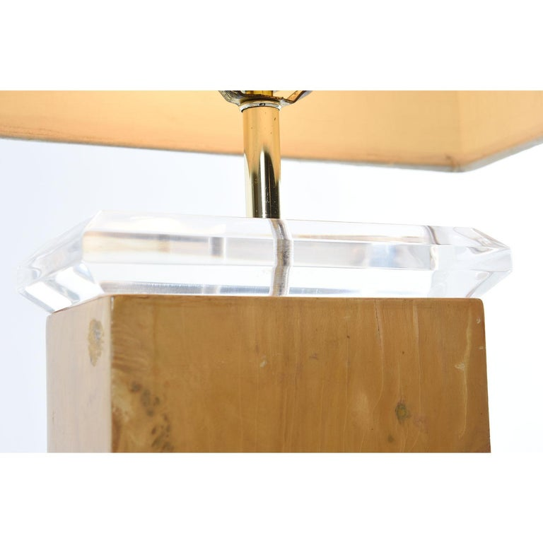 American Milo Baughman Style 1970s Burl Table Lamp with Lucite and Gold Accents For Sale