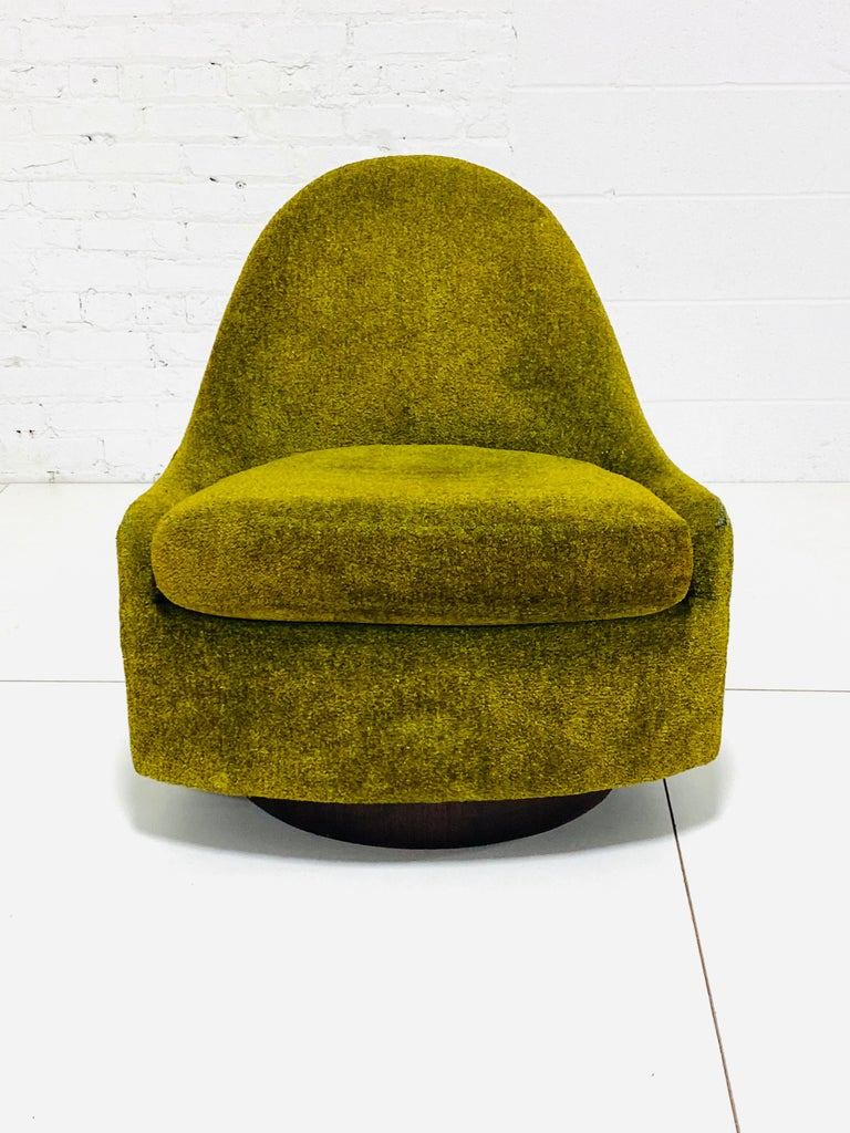 Milo Baughman Tear Drop Swivel Lounge Chair In Good Condition In Chicago, IL