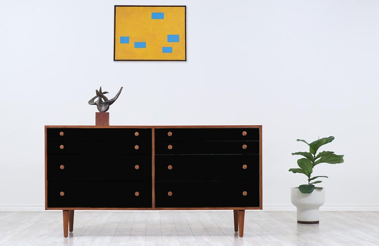 Elegant Mid-Century Modern dresser designed by Milo Baughman for Glenn of California in the United States, circa 1950s. This spectacular eight-drawer dresser features a meticulously dovetailed construction with different drawer sizes and a custom