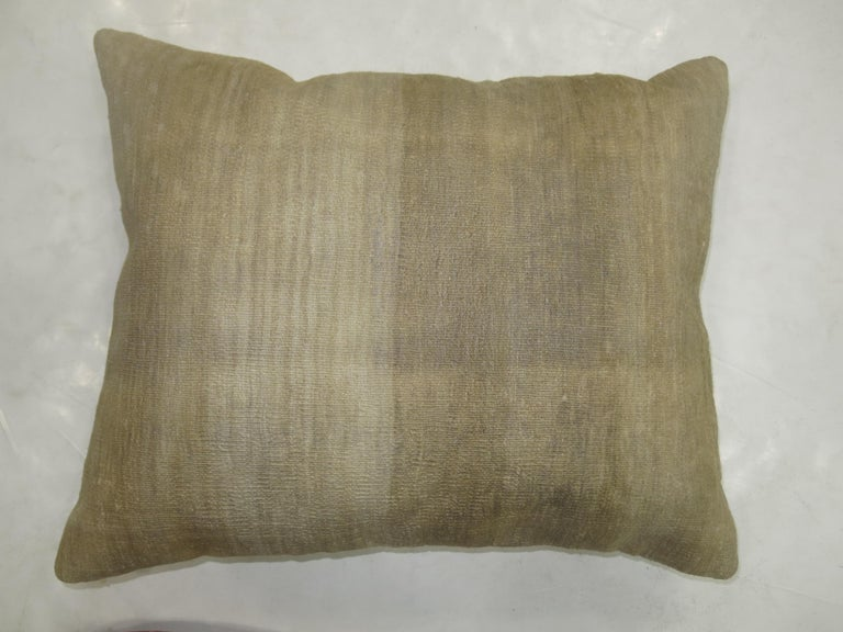 Minimalist Turkish Kilim Pillow In Good Condition For Sale In New York, NY