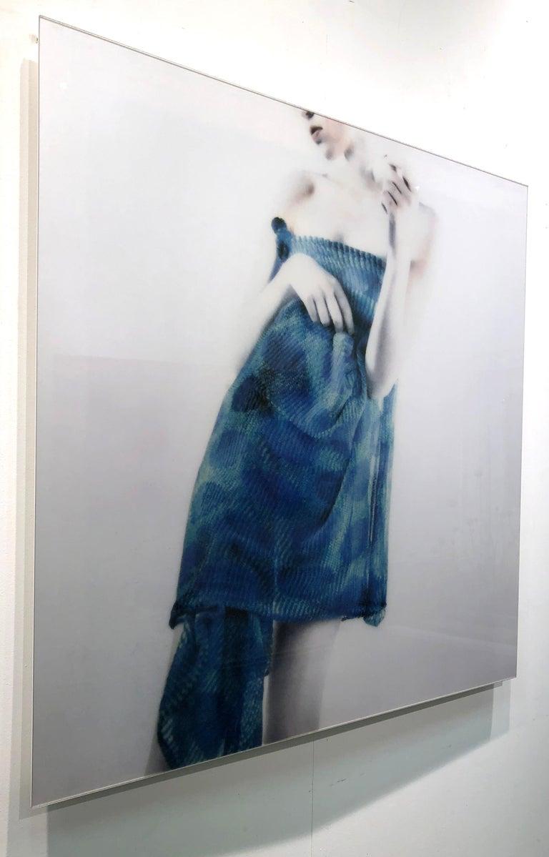 Azul Azul, figurative and feminine photography, Mira Loew, Bright Bodies series - Gray Figurative Photograph by Mira Loew