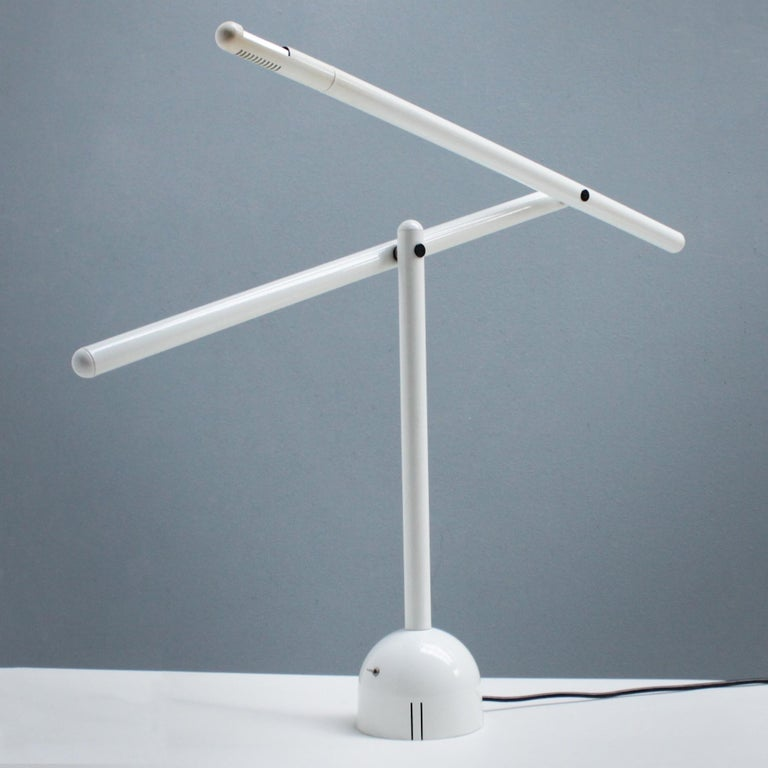 Articulated Italian Mira table lamp by Mario Arnaboldi for Programmaluce, in white enameled metal. Dimensions: height 21.3 (54 cm), width 32.3 in. (82 cm), depth 5.9 inches (15 cm). Diameter base 5.9 inches (15 cm). The lamp takes a G9 halogen