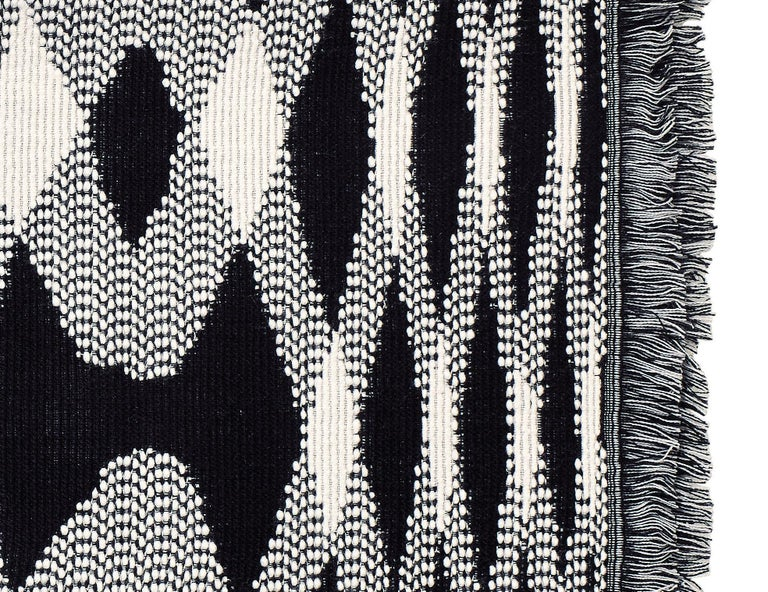 Bold, knitted throw in black & white with flame macro motif. Presented in a branded gift box. Perfect for adding an elegant touch to any bedroom or living room.